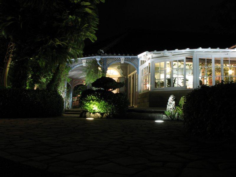 Oświetlenie zewnętrzne budynku.